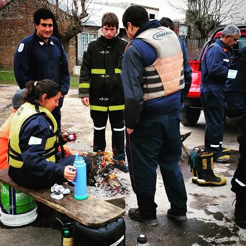Bomberos voluntarios de O'Higgins descansan durante inundaciones de Luján @cnnee