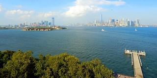 Mardi 25 août 2015. Au pied de la Statue de la Liberté. Vue depuis le haut du socle  de la statue. A gauche , Jersey City et Ellis Island , à droite, Manhattan.
