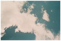 Cielo (Patrick J. Negwer) Tags: ecuador green verde naturaleza nature plants plantas sky cielo clouds nubes run down house abandoned kombi