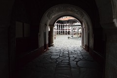 2015_Rila_4383 (emzepe) Tags: stone yard gate pavement entrance monastery rila augusztus bulgarie kapu udvar 2015 bulgarien nyr bels  k    bejrat bulgria kolostor rilai