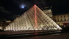 Paris: Musée du Louvre - Pyramid at night