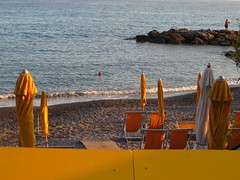Effets de parasol au soir tombant, Bordighera, province d'Imperia, Ligurie, Italie. (byb64) Tags: city italien light sea summer italy mer luz beach colors strand evening mar europa europe mediterranean mediterraneo riviera italia mare estate view lumire couleurs sommer liguria eu ciudad playa colores parasol vista soire t soir colori veduta plage sombrilla vue spiaggia luce italie ville tarde citta ue sera imperia mditerrane bordighera parasole guardasol ligurien ligurie mermditerrane rivieraligure villgiature provinciadimperia provincedimperia sonneneschirm
