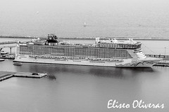 The Big and the Small (Eliseo Oliveras) Tags: barcelona street city travel urban blackandwhite bw espaa white black tourism blanco port puerto spain noir barco ship waterfront harbour negro vessel catalonia bn catalunya turismo espagne blanc negre catalua barcelone viajar crucero cruiseliner espanya catalogne golondrina monocrhome eliseooliveras eliseooliveras