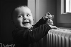 Augustin3, fan de radiateur. (nanie49) Tags: famille familia family famiglia france enfant enfance child kid childhood bambino infanzia niño infancia kindheit детство nikon d750 portrait retrato nanie49 nb bn