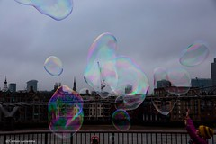 (Zero in Condotta) Tags: london londra thames city bolle bubbles soap sapone bolledisapone soapbubbles colours colors colori vain effimero canon 6d