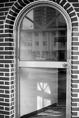 S17_2867 (Daegeon Shin) Tags: nikon d4 nikkor 55mm 55mmf28 door puerta windows ventana reflection reflejo bw light luz shadow sombra glass vidrio 유리 니콘 니콘렌즈 문 창 반영 빛 그림자 흑백 경남 진주 korea corea