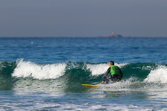 Surf en Patos. (dfvergara) Tags: nigrán galicia españa surf surfista surfero deporte agua mar olas espuma airelibre tabla isla azul blanco playa patos playadepatos cies boeiro cielo