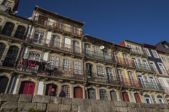 Beira do Douro (52weeks2017#02 - Low angle) (ponzoñosa) Tags: porto oporto douro duero colorful riverside low angle 52weeks windows city unesco portugal