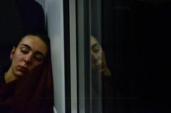 Viola (encantadissima) Tags: treno sonno riflesso ragazza giaccaviola finestrino