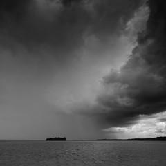 Moment d'incertitude/Moment of uncertainity/Momento de incertitumbre/Ögonblick av osäkerhet (Elf-8) Tags: cloud lake storm water weather dark island uncertainity