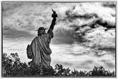 Liberté en B&W (Lucille-bs) Tags: amérique etatsunis usa newyork statuedelaliberté bw nb dos back nuage