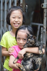 sisters with mottled cat (the foreign photographer - ฝรั่งถ่) Tags: two sisters girls mottled colored cat khlong thanon portraits bangkhen bangkok thailand nikon d3200