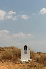 DSC06428_DxO Grabmal mit Marienfigur am Wegrand_Bildgröße ändern (Jan Dunzweiler) Tags: madagaskar africanbikers fahrradreise radreise jandunzweiler grabmal grab tombeau tomb