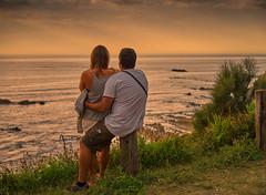 Atardecer, mirando al mar. Sunset, looking out to sea. (hajavitolak) Tags: a7 csc captureone evil fullframe fx ilce7m2 milc mirrorless sinespejo sony sonya7ii sonya7m2 emount sopelana vizcaya paisaje paisvasco landscape sea seascape sunset atardecer naturaleza nature pareja twosome zeiss zeiss5518za zeiss5518 ngc