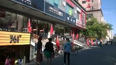 新疆 伊寧市 商業街 五星紅旗飄蕩在店門口。 (xiaozhangzhuang) Tags: china xinjiang 新疆 中國 共產黨 伊宁市