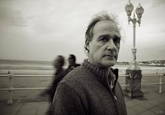 Berna en el muro, Gijon 2015 (Irene Ziel Photography) Tags: portrait man cold retrato bn nostalgia otoo mirada frio bnw hombre duotono