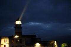 La luz del faro de Cabo Silleiro ya a pleno rendimiento, al anochecer (Contando Estrelas) Tags: lighthouse faro galicia beacon baiona bayona silleiro