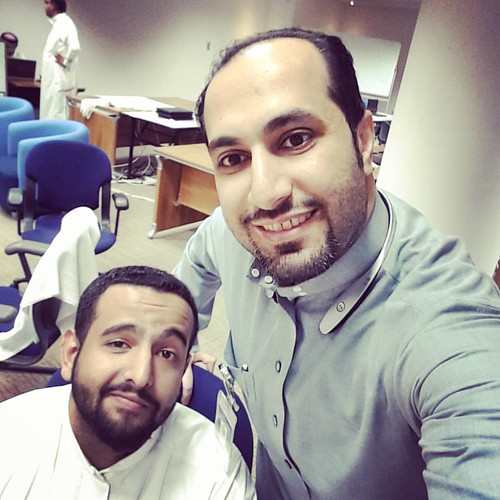 اسم صديقي الوسيم هذا عبدالله الكثيري... زميل في البنك الأهلي اليوم يكون ناقص بدون شوفته وسماع محشاته