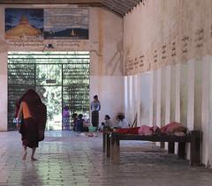 "Nyaung U: deux nonnes se reposant à la pagode Shwezingon Paya <a style=""margin-left:10px; font-size:0.8em;"" href=""http://www.flickr.com/photos/127723101@N04/22814783233/"" target=""_blank"">@flickr</a>"
