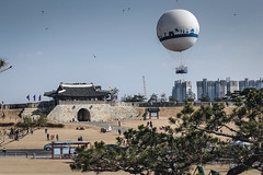 Suwon: Fortress, kites and balloon (gmouret92) Tags: corée du sud south korea suwon fortress forteresse ballon balloon