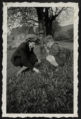 Archiv K881 Strauß mit Wiesenblumen, 1940er (Hans-Michael Tappen) Tags: archivhansmichaeltappen mutter sohn wiese landschaft scenery outdoor blumenstraus wiesenblume outfit kleidung kind child mother 1940er 1940s