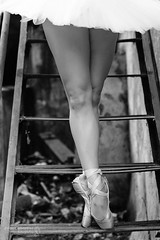 Pointe Shoes (Pelayo González Fotografía) Tags: bailarina mujer woman female retrato danza dance ballet ballerina dancer pointe shoes en stairs escaleras blanco y negro black white tutu