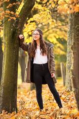 Herbstportrait // Lia (JuttaV.) Tags: autumn portrait woman oktober girl forest canon outdoor laub herbst frau wald bltter mdchen herbstportrait 5dmarkiii vsfototeam