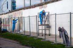 BERLIN, ILS BLANCHISSENT LE MUR (zventure,) Tags: zventure blanc bleu berlinest berlin unautomneaberlin humains peintres mur eastsidegallery