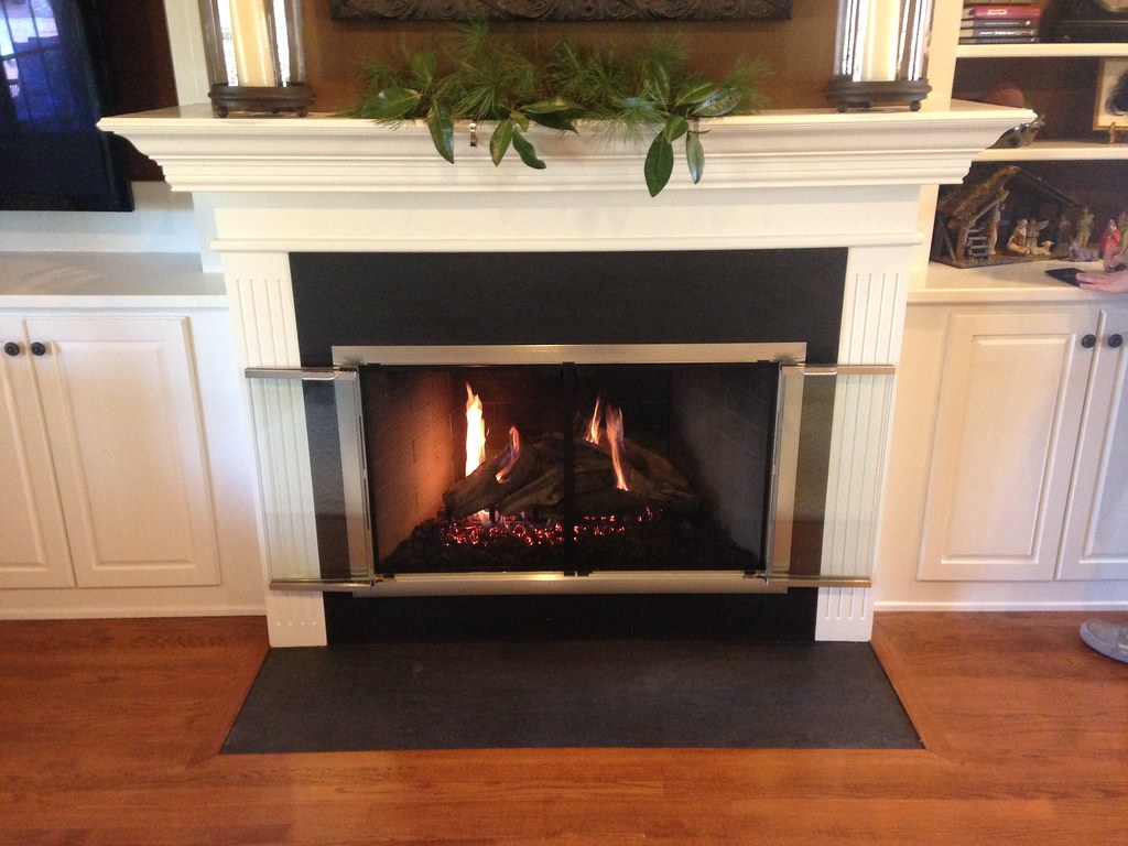 Peterson Woodstack Gas Logs and Design Specialties Brookfield Glass Fireplace Doors. Chattanooga, Tn.
