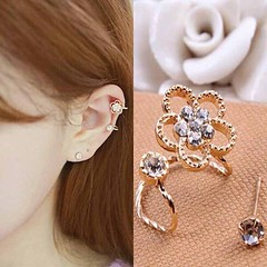ต่างหูคลิป แฟชั่นเกาหลีรูปดอกไม้คริสตัลหนีบใบหูสวย Crystal Clip Ear Cuff Stud Earring นำเข้า - พร้อมส่งW481 ราคา300บาท ต่างหูแฟชั่น รุ่นใหม่น่ารักรูปดอกไม้สำหรับใส่คู่กัน 2 ชิ้น เป็นต่างหูข้างเดียวให้คุณผู้หญิงมีพร้อพเก๋ที่ต่างหูแบบคลิปสำหรับหนีบใบหูเริ่ด