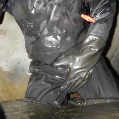 Aquala-Kanal5157 (Kanalgummi) Tags: rubber gloves worker exploration sewer drysuit kanalarbeiter gummihandschuhe gummianzug égoutier trockenanzug