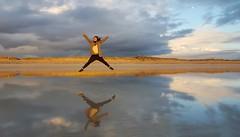 Tu reflejo se me escapa.... (T.I.T.A.) Tags: jump samsung playa salto reflejos lanzada elica alanzada playadelalanzada lalanzada samsunggalaxys6 deesosdíasenquelalanzadaseportabien carmensollafotografía carmensollaimágenes