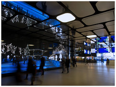 Kerstexperiment 2 (Harry -[ The Travel ]- Marmot) Tags: city blue people urban station amsterdam architecture modern video movement blauw gare reclame adm bahnhof traverse moderne railwaystation stedelijk le commercial cs amsterdamcentraal stad architectuur stads beweging mensen winkelcentrum videowall stadsarchief winkelgebied ijzijde ijsei allrightsreservedcontactmebyflickrmail