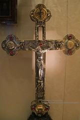 Rome, Vatican Museums, silver cross with precious stones (blauepics) Tags: italien italy italia rom rome roma city stadt historical historisch vatikanische museen museums religious religiös old alt art kunst vintage silver cross silbernes kreuz precious stones edelsteine