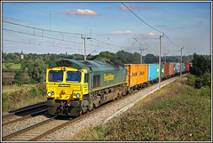 66567 vice Electric. (Jason 87030) Tags: 66567 shed fred freightliner churchbrampton wcml loop 4m88 felixstowe crewebasfordhall gm green ts location lineside 2010 canon northants northamptonshire sky sunny cargo frecht containers liner august
