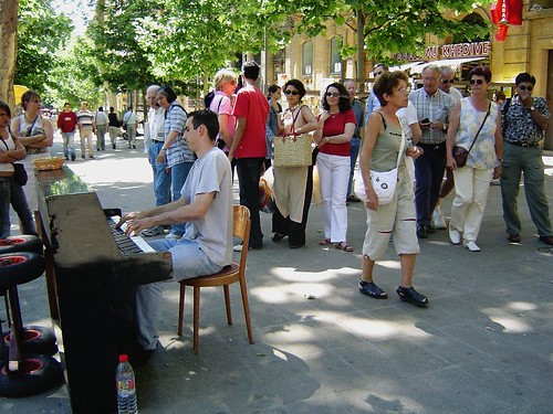 Pianist in Aix main street