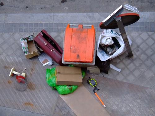La vida en torno a un cubo de basura