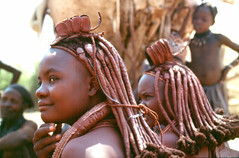 Chicas Himba / Himba Girls (seni1977) Tags: africa people film african culture tribal safari afrika tribe ethnic mirada namibia tribo 100club diapositiva himba espaol afrique ethnology tribu namibie tribus ethnie 50club mrdsonrisa