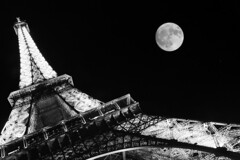 Tour Eiffel (Ingiro) Tags: bw moon paris france night top20favorites top20bw topf50 topv333 toureiffel francia parigi ingiro interestingness3 i500 123bw exploretop20