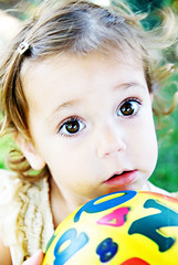 does this ball make my eyes look too big? (sesame ellis) Tags: girl toddler mykid year2 bigbrowneyes frontyard bal fornpm