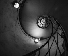 Escaliers de l'Arc de Triomphe (Little Boy 09) Tags: canon de eos noir arc triomphe 8 sigma 16 et blanc escaliers 60d