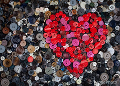 x-4.jpg (KronaPhoto) Tags: red colors norway diverse heart circles decoration shapes stilleben round button rd rund collect knapp hjerte 2015 detaljer rdt miscellanious sirkler knappehjerte
