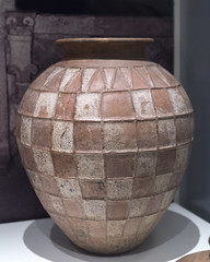 Etruscan impasto urn with relief checkerboard decoration (diffendale) Tags: museum museo museu musée μουσείο музеи müze artifact display exhibit متحف ancient antico antique archaeological archeologico royalontariomuseum toronto canada 7thcbce 1sthalf7thcbce 1stquarter7thcbce 2ndquarter7thcbce vulci bologna olla impasto urn urna jar burial relief rilievo ascacchi rosso pleiades:findspot=393421 felsina bononia etruscan etrusco ετρουσκικόσ étrusque etruskisch rasna اتروسكان etrüsk этрусский