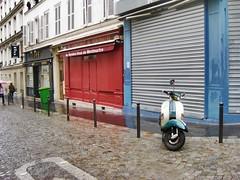 Paris Montmatre France (jabbrah) Tags: grün green urban garagentor blau rot blue red rain city europe nass regen bunt regenschirm montmatre häuser roller strase frankreich france paris vespa street