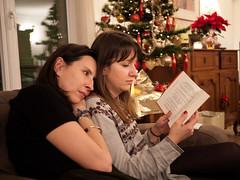 Marianne & Pauline (Dahrth) Tags: gf1 gf120 gf120mm lumixgf1 panasoniclumixgf1 20mmpancake christmastree arbredenoël sapindenoël sisters sœurs reading lecture loïcprigent jadorelamodemaiscesttoutcequejedéteste