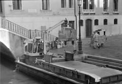 Raccolta dei rifiuti (Venezia, Italia) (Enjoy_091) Tags: biancoenero bianconero venezia venice italia italy kodak tx400 plustek 8200i film analog analogica pentax spotmatic blackandwhite