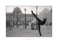 Paris n°111 - Ballet (Nico Geerlings) Tags: ballet balletdancer louvre museedulouvre art cournapoleon streetphotography paris parijs france leicammonochrom 50mm summilux ngimages nicogeerlings nicogeerlingsphotography