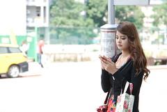 候車亭的小確幸 (玩家) Tags: street portrait model pretty outdoor taiwan taipei 台灣 台北 tamron amateur 人像 街頭 素人 2015 光華商場 正妹 戶外 a007 無後製 無修圖 三創