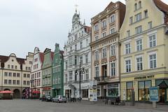 Rostock - Neuer Markt (CocoChantre) Tags: auto de deutschland haus bauwerk verkehr rostock fassade passant neuermarkt mecklenburgvorpommern pkw strasenverkehr
