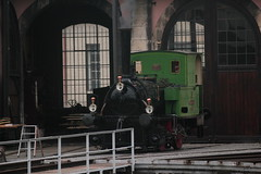 Dampflokomotive E 2/2 3 Zephir der ehemaligen Bdelibahn ( Baujahr 1874 - Hersteller Krauss + Cie - lteste in Betrieb stehende Dampflok der Schweiz ) vor dem Lokomotivdepot Rotonde am Bahnhof Delmont - Delsberg im Kanton Jura der Schweiz (chrchr_75) Tags: chriguhurnibluemail ch christoph hurni chrchr chrchr75 chrigu chriguhurni oktober 2015 albumzzz201510oktober albumbahnenderschweiz2015712 eisenbahn bahn schweizer bahnen dampflokomotive dampfmaschine dampflok locomotora vapor  vapeur steam vapore  stoomlocomotief albumdampflokomotiveninderschweiz chriguhurnibluemailch albumbahnenderschweiz zug train juna zoug trainen tog tren  lokomotive lok lokomotiv locomotief locomotiva locomotive railway rautatie chemin de fer ferrovia  spoorweg  centralstation ferroviaria